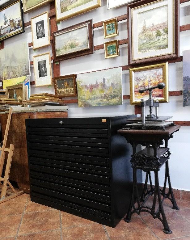 Czarna szafa na rysunki w Galerii Sztuki w Krakowie