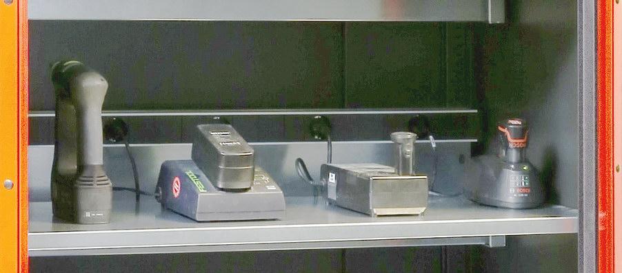 E-półka do ładowania akumulatorów