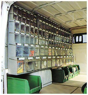 Zestawy pojemników uchylnych w samochodzie serwisowym